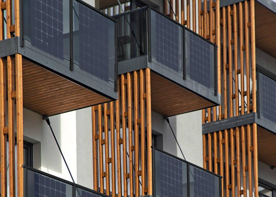 päikesepaneelidega rõdupiirded kortermajal